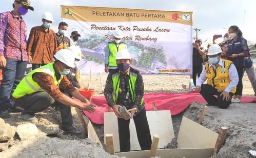 SIMBOLIS: Bupati meletakkan batu pertama pembangunan Kota Pusaka Lasem. (M. ASHDAQ FILLAH / LINGKAR JATENG)